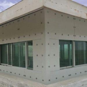 Ventanas a prueba de balas instaladas externamente en un antiguo puesto de las Naciones Unidas