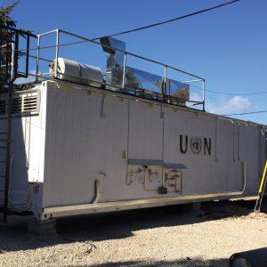 Cocina móvil en un campo de la ONU al lado de una cocina existente.