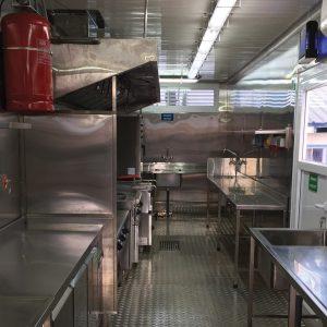 El uso de contenedores de 40 pies proporciona un área de trabajo grande y cómoda.