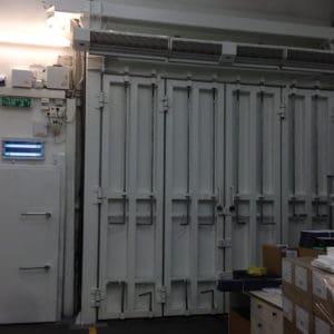 Puertas que protegen contra embestidas con vehículos y robos en un depósito de fármacos.