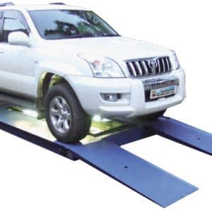 El vehículo a ser controlado deberá colocarse sobre una rampa baja, donde un sistema de cámaras controlará el chasis del vehículo